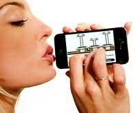 Mulher tocando iPhone com os lábios delicadamente