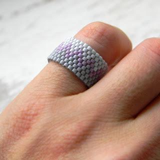 Серое лаконичное кольцо из бисера