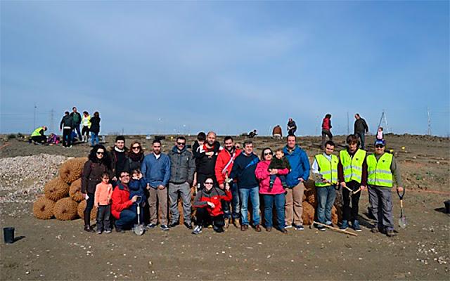 "grupo de personas trabajando en ""restauración ecologica, ecopoligono. IMAGEN COMUNICACION ILLESCAS"