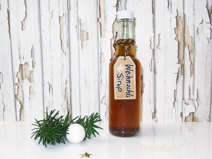 Weihnachtliche Flasche mit Weihnachtssirup