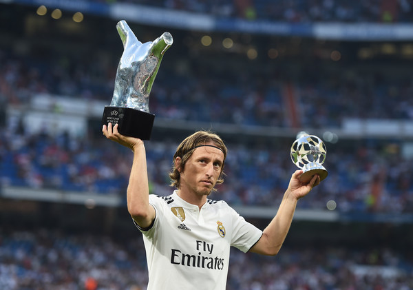 Luka Modrić of Real Madrid celebrates with his 2017/18 UEFA Men's Player of the Year award before the La Liga match between Real Madrid CF and CD Leganes at Estadio Santiago Bernabeu on September 1, 2018 in Madrid, Spain