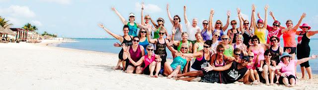 Groupe de personne sur une plage prenant la pose pour une photo
