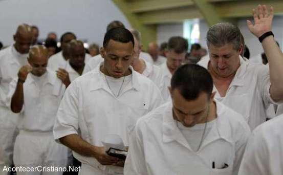 Reclusos aceptan a Cristo en prisión