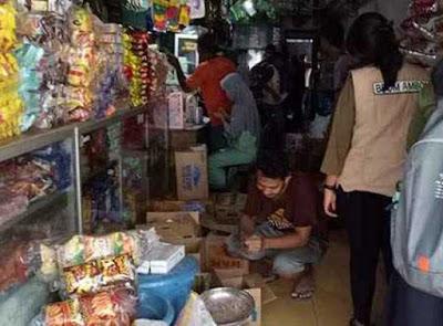 Ambon, Malukupost.com - Balai Pengawasan Obat dan Makanan (BPOM) Maluku menemukan ratusan pangan kemasan Tanpa Ijin Edar (TIE) pada pengawasan yang dilakukan di sejumlah toko di kawasan pasar Mardika selama Ramadhan 1440 Hijriah.    Pengawasan lintas sektor antara BPOM Maluku dengan Dinas Perindustrian dan Perdagangan (Disperindag) serta Dinas Kesehatan kota Ambon ditemukan ratusan produk pangan kemasan Tanpa Ijin Edar (TIE), kata Staf pemeriksaan BPOM Ambon, Winda Adipuri Ramadaningrum.