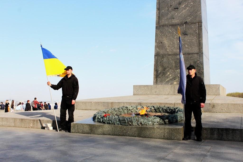 Почётный караул сил АТО у Вечного огня в парке Славы