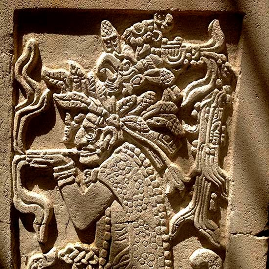 Una imagen del brujo de Palenque decora los pasillos del Hotel Villas Arqueológicas y hace que recuerde mi visita del año 2009, con el extraño guía que se llamaba como yo y que hablaba de viajes en el espacio y en el tiempo.