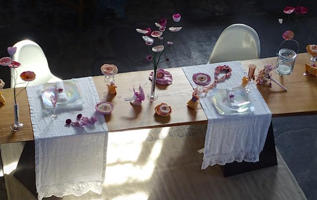 Roma matrimoni green. Bouquet da sposa con fiori di carta, centrotavola con fiori su stelo