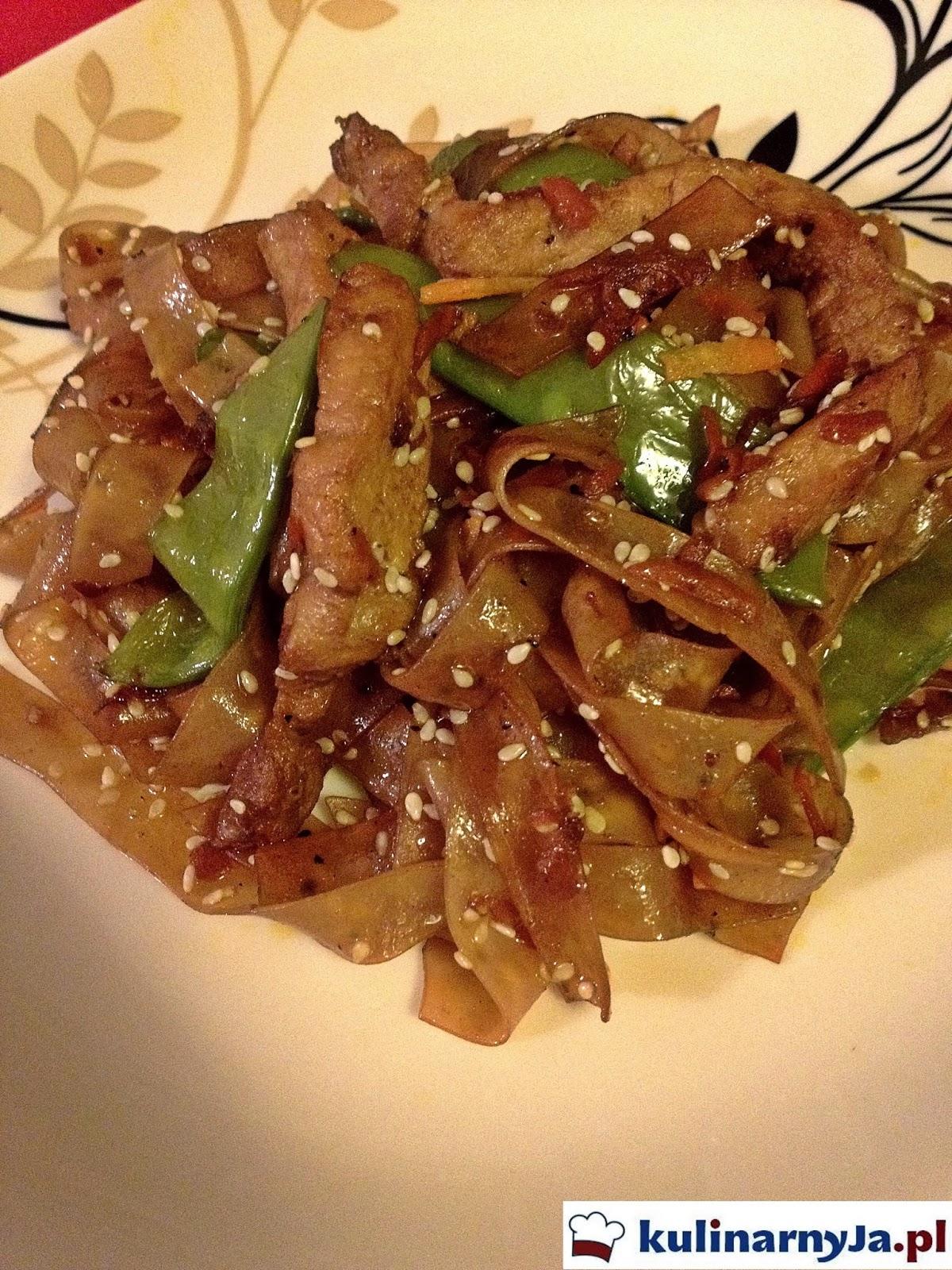 Makaron ryżowy z wieprzowiną i warzywami