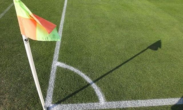ΑΠΙΣΤΕΥΤΟ! Ποδοσφαιριστής σώθηκε από επεισόδια στο γήπεδο με σημαιάκι του κόρνερ ➤➤➤➤ΒΙΝΤΕΟ