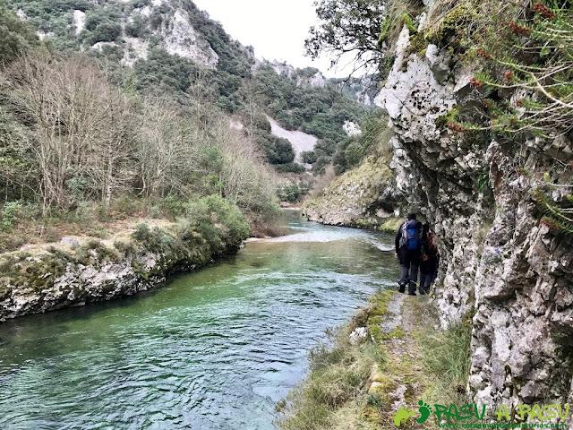 Senda Rio Cares Molinuca - Mier: Tramo estrecho sobre río