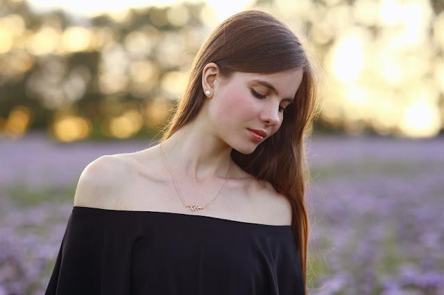 odkryte ramiona szyja długie włosy