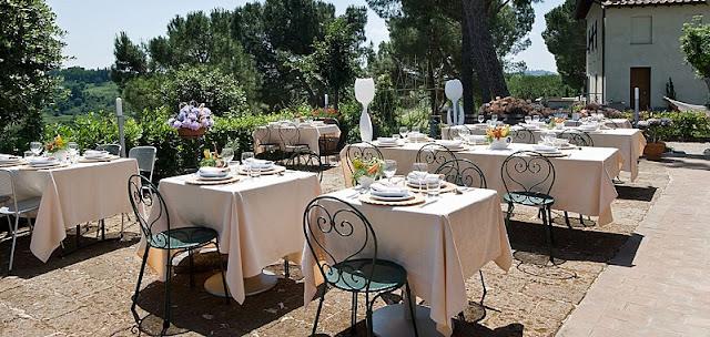 Restaurante com mesas ao ar livre