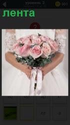 невеста в руках держит букет перевязанный лентой