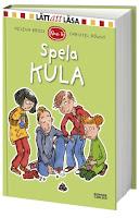 Omslag till Spela kula. Bilden visar fyra barn som håller på att spela kula. Några av dem ser lite ängsliga ut.