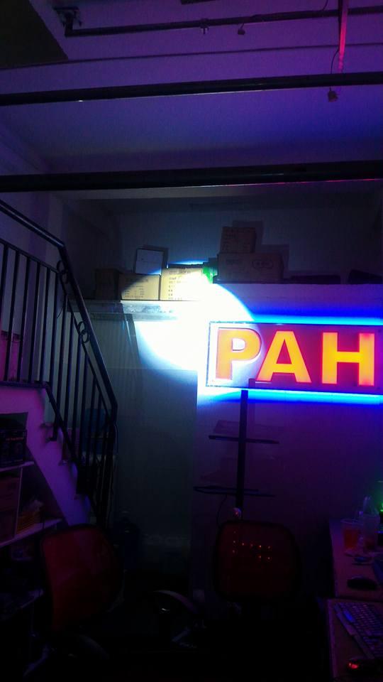 đèn follow chiếu màu trắng