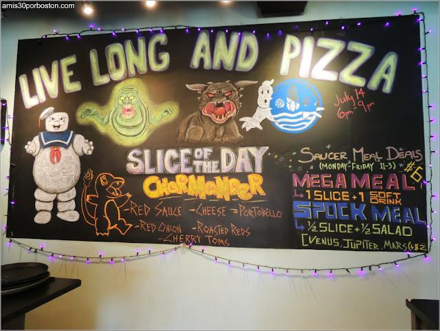 Ruta Gastronómica por Salem: Adornos en Flying Saucer Pizza