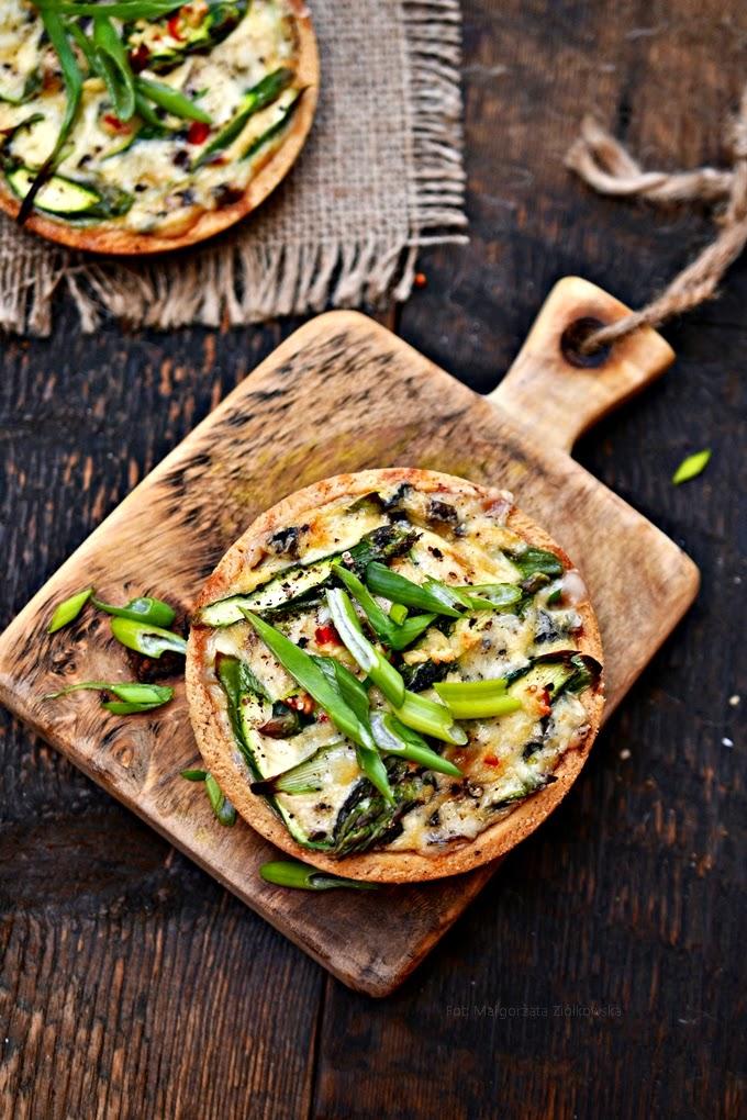 """Z cyklu """"Wypiekanie na śniadanie"""" i mini quiche z zielonymi szparagami"""