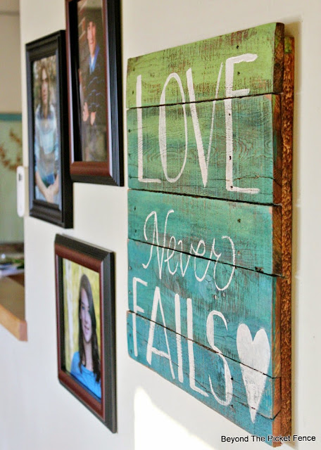 how to paint a pallet wood sign and use stain to age it