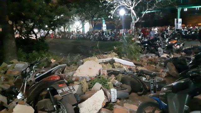Reruntuhan bangunan menimpa kendaraan bermotor akibat gemba Lombok