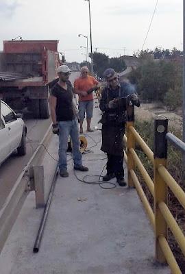 Ολοκληρώνονται άμεσα οι εργασίες αποκατάστασης φθορών στο πεζοδρόμιο της γέφυρας του Λεύκου ποταμού στο ύψος της Εμποροπανήγυρης της Κατερίνης από την Διεύθυνση Τεχνικών Έργων της Περιφερειακής Ενότητα Πιερίας