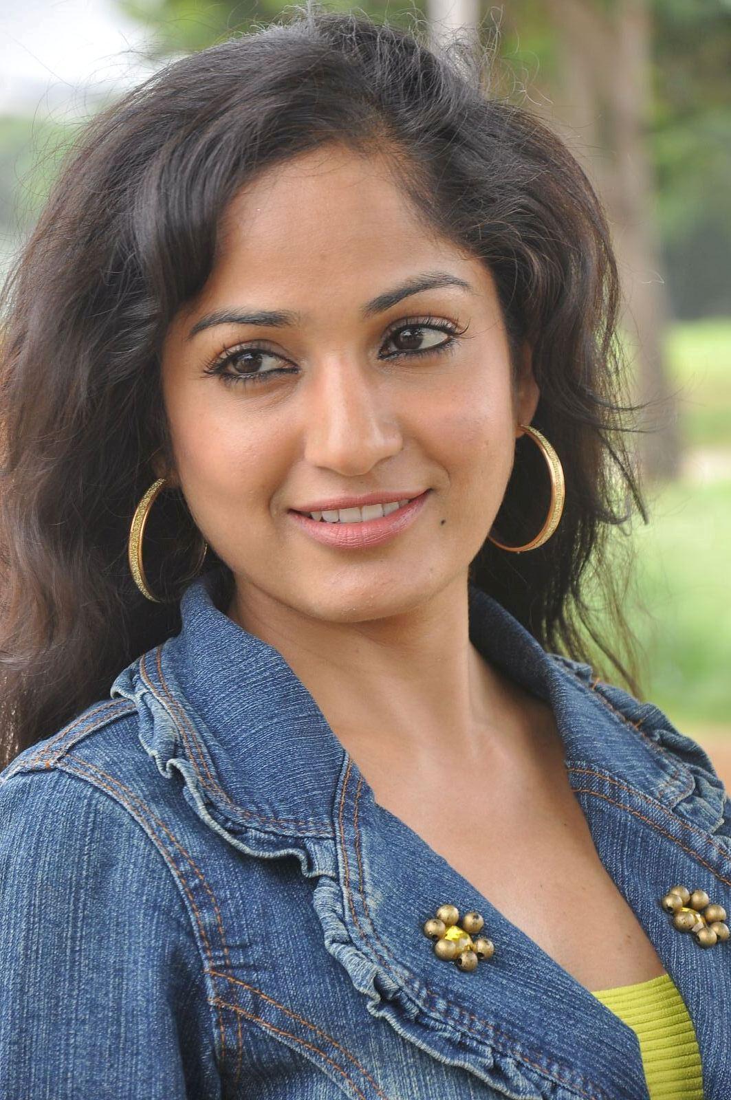 Madhavi latha new look hot photos