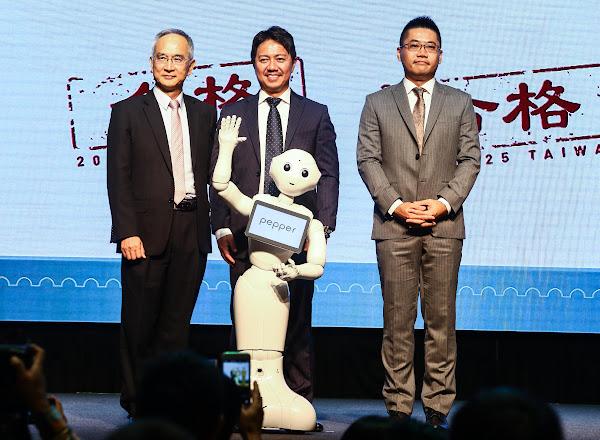 左起為鴻海副總裁暨亞太電信董事長呂芳銘、SoftBank Robotics Holdings執行長富澤文秀、沛博科技總經理林義勛。圖片來源:蔡仁譯攝影。