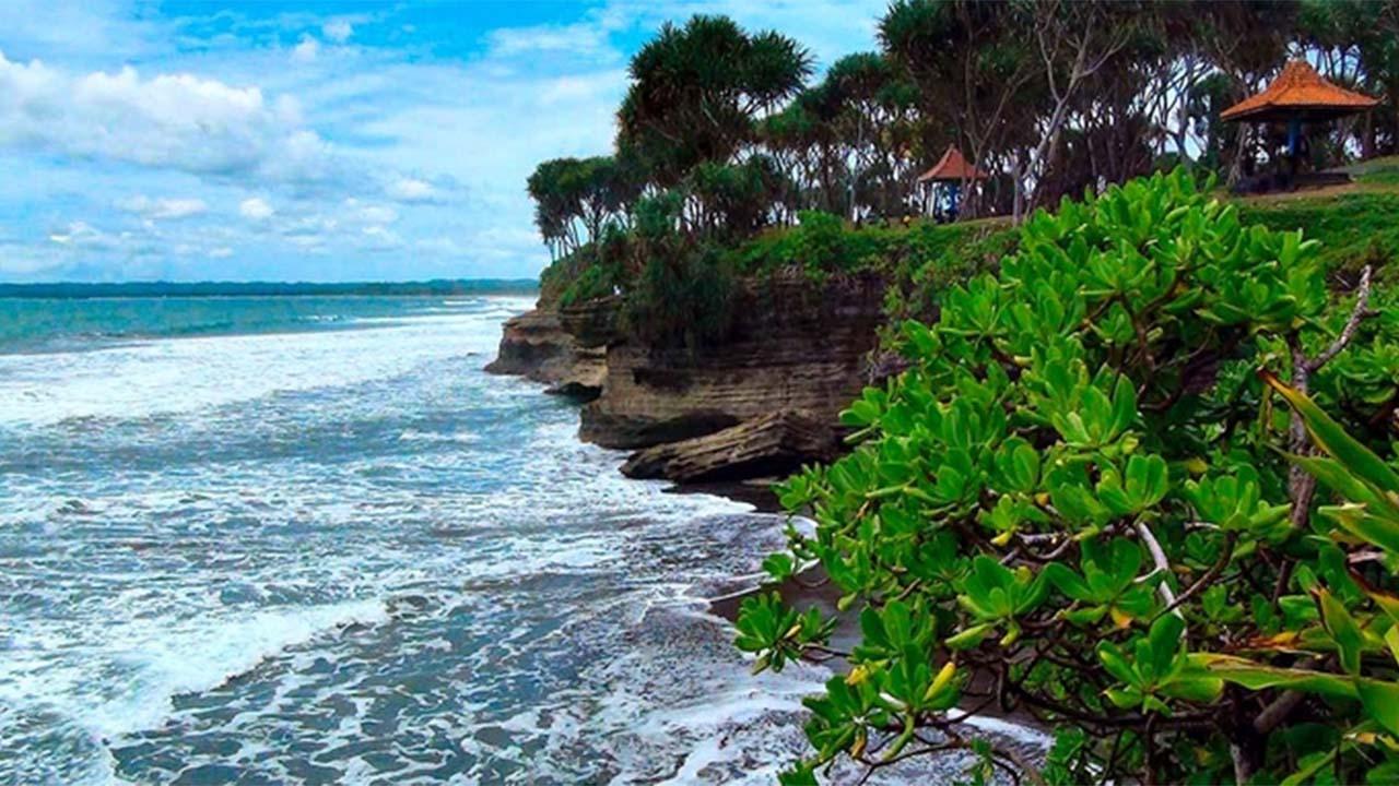 Pesona Indah Pantai Batu Hiu