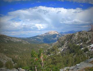 Über Mammoth Mountain bilden sich Gewitterwolken