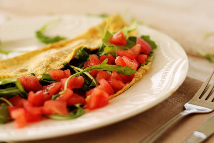 Omlet z pomidorem i rukolą