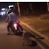 !INSÓLITO!  Dos hombre arrastran perro desde un motor