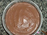Crema de queso de chocolate negro en el molde