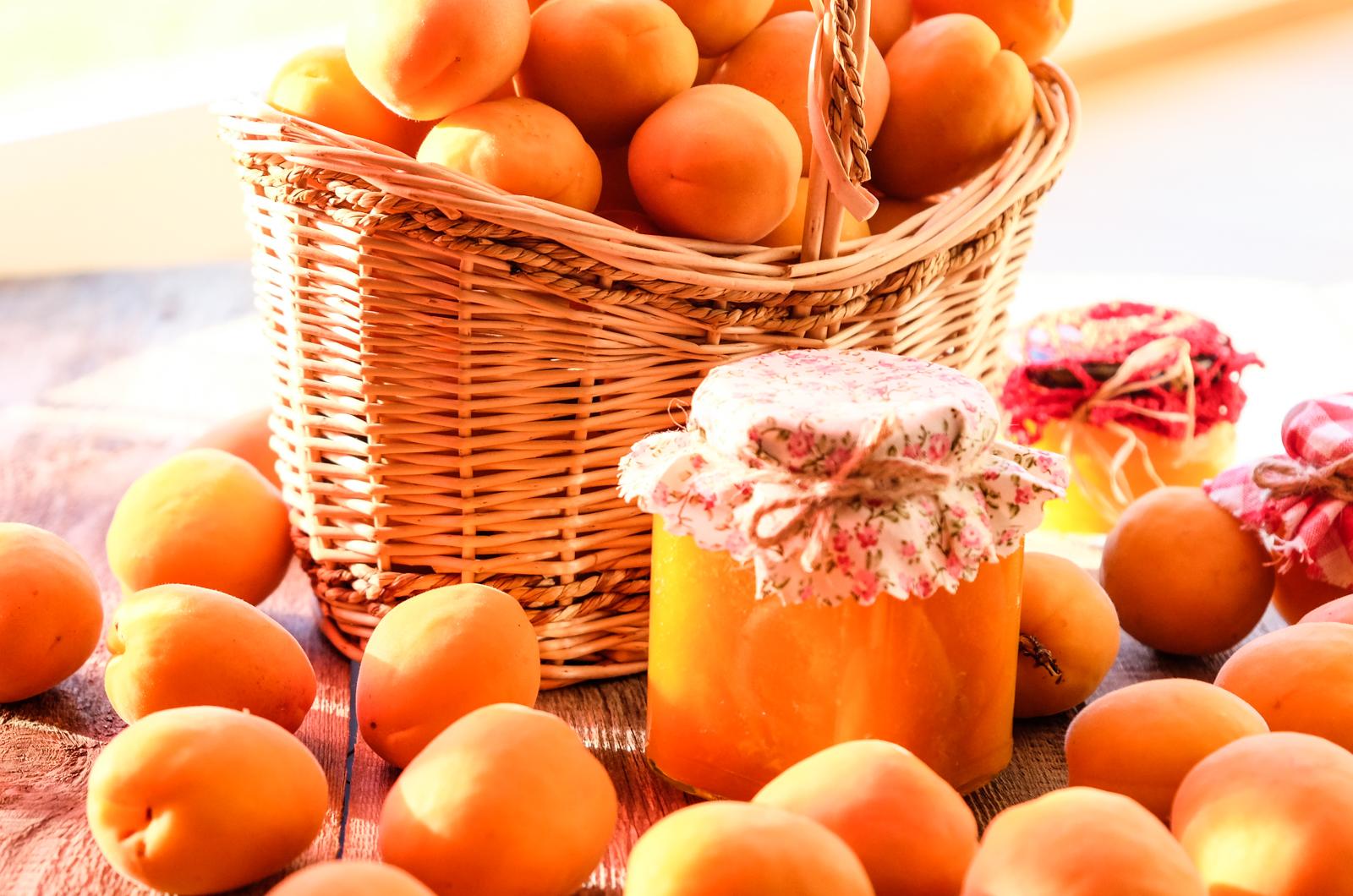 15cf84bd458 Poolita aprikoosid ning eemalda neist kivid. Lõika aprikoosid 4-6-ks tükiks  ning pane tükid potti. Lisa potti kohe ka suhkur ning kuumuta pliidil, ...