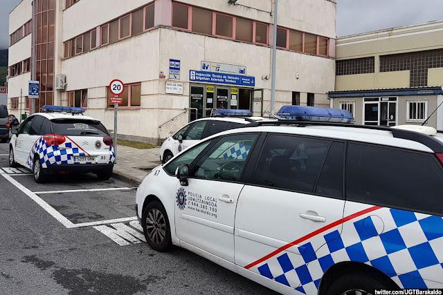Vehículos de la policía municipal de Barakaldo en la ITV