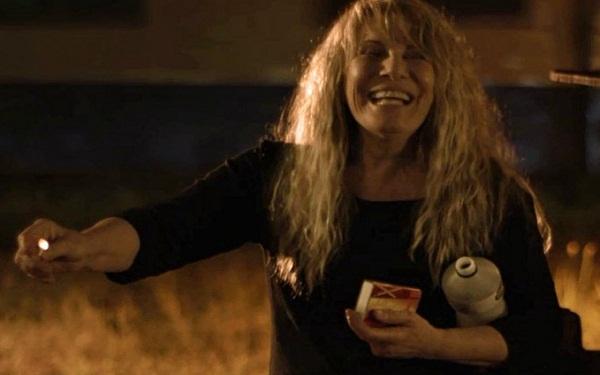 Renata Sorrah na cena em que Dulce queima bolsas de dinheiro da filha em Segundo Sol (Imagem: Reprodução/TV Globo)