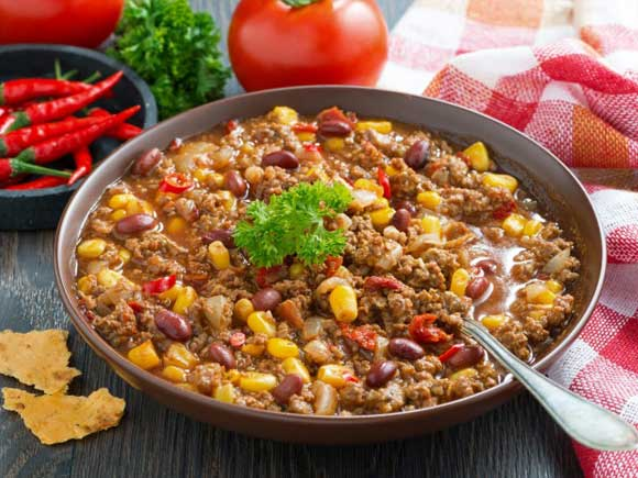 постный говяжий фарш - 1 кг., кукуруза консервированная - 2 ст.л., томатная паста - 250 г, фасоль красная - 125 г, томатный сок - 0,5 л, кайенский перец - 1\8 ч .л, сахар - 1\4 ч.л, соль - 0,75 ч.л, тмин - 0.5 ч.л, чили порошок - 2 ст.л, черный перец горошком- 1\4 ч.л, орегано сухой - 1\4 ч .л.