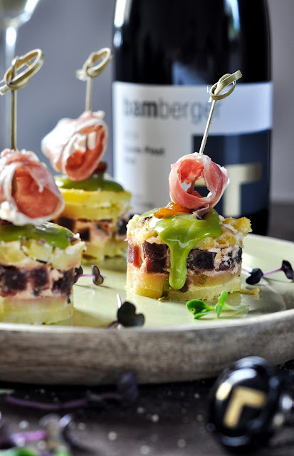 Tortilla Tapas mit Matcha-Mayonnaise und Ibérico-Schinken zum Cuvée Pinot Sekt