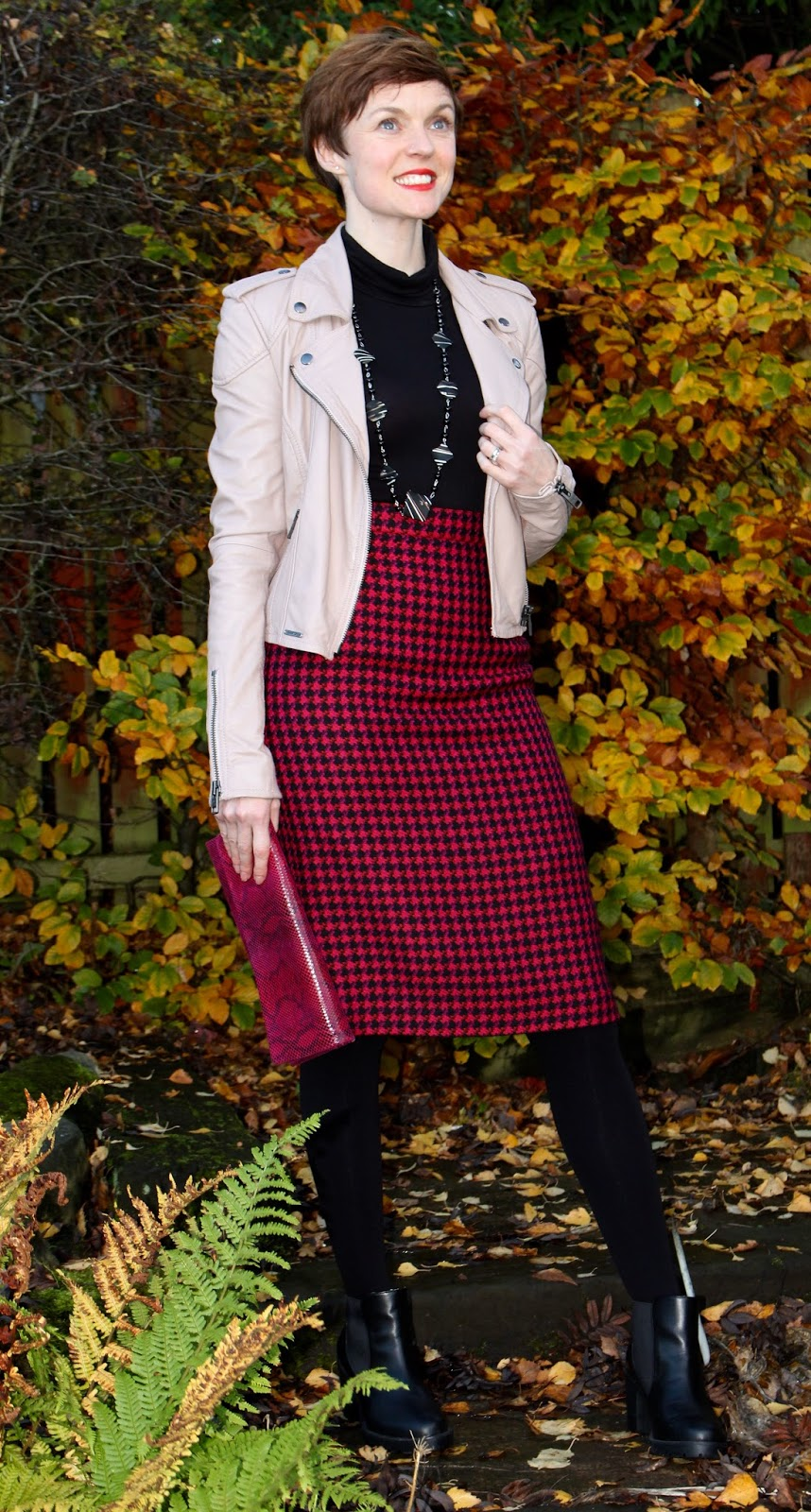 Vintage pencil skirt & chunky boots | Fake fabulous