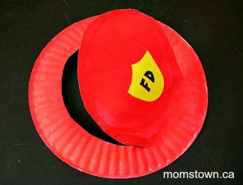 Manualidades sombrero de bombero hecho con plato de cartón