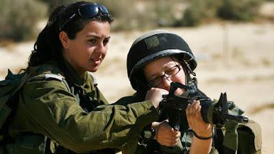 Racheli Levantal, una comandante de pelotón israelí, revisa el arma de una soldado durante una sesión de entrenamiento militar.