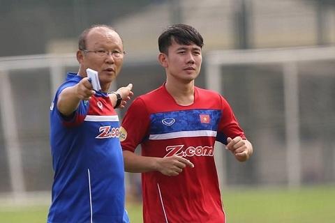 HLV Park Hang-seo và chàng cầu thủ Trần Minh Vương trên sân luyện tập chuẩn bị cho trận đấu sắp tới
