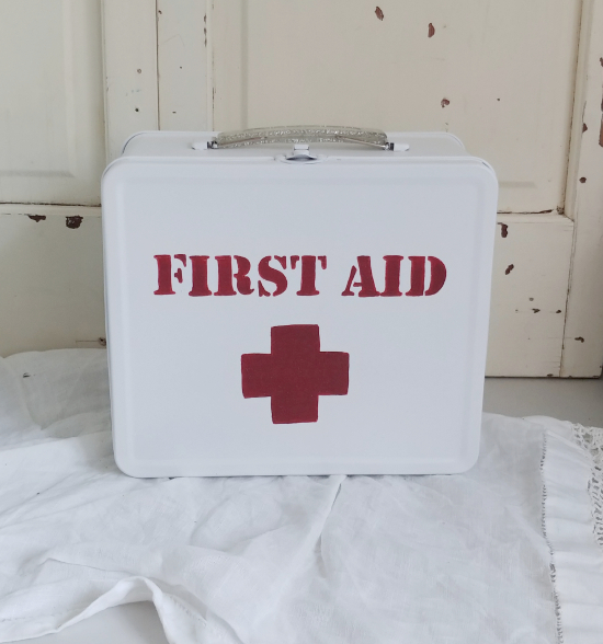 Make a first aid kit from a lunch box