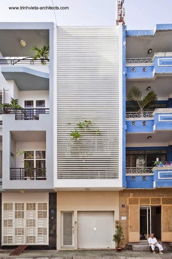 Fachada blanca angosta y alta tipo persiana en Vietnam 2009