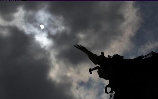 رواد تويتر يتداولون صورا رائعة ترصد لحظة «كسوف الشمس» التاريخي