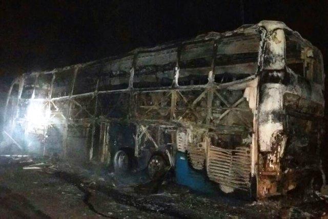 Ônibus da Novo Horizonte que saiu de Brumado pega fogo do BR-116