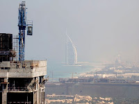 Un rápido vistazo a la geografía humana de los Emiratos sugiere que han sido las inmobiliarias y la construcción las industrias responsables de la mayor parte del superávit durante muchas décadas. Incluso este sector se ve negativamente afectado por el contexto internacional ya que, aunque podría decirse que la construcción es por razones obvias el producto menos exportable, la mayor parte de los compradores vienen del extranjero. Los rascacielos y las grúas de Dubai ya han sobrepasado los límites tradicionales de la industria. Increíblemente sobrepasaron el espacio territorial y el problema de la disponibilidad de tierra construyendo nuevas islas y torres mucho más altas. Sin embargo, serán incapaces de compensar la falta de clientes. Algunas osadas operaciones financieras pueden reducir el declive, pero de hecho ya han entrado en una tendencia de declive.