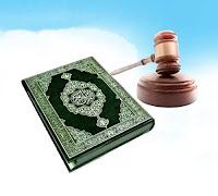 Şeriatı tasvir eden Kur'an-ı Kerim ve hakim tokmağı bir arada