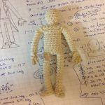 http://theunknownorchard.blogspot.com.es/2015/09/crochet-humanoid-figure.html