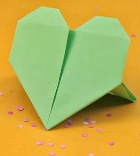 http://lasmanualidades.imujer.com/2011/04/22/como-hacer-un-corazon-origami