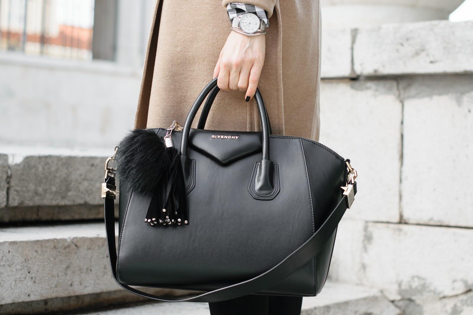 Total black con abrigo camel de massimo dutti