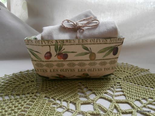drewniany koszyk ozdobiony motywem z oliwkami